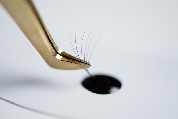 Wimpernverlängerung im beauty-salon. das konzept der körperpflege und schönheit.