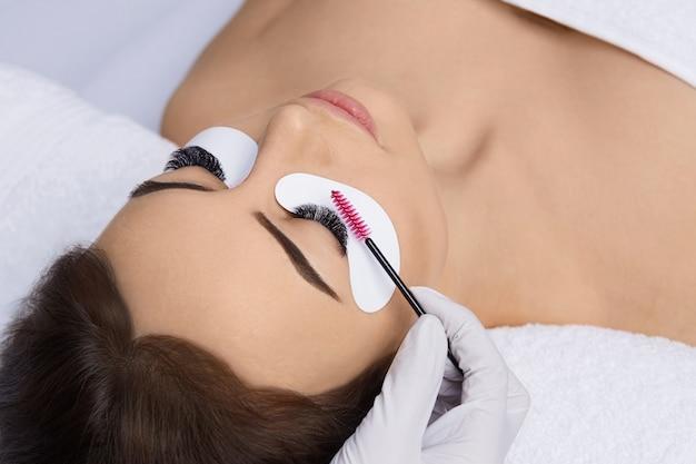 Wimpernverlängerung, künstliche wimpern, wimpernverlängerungsverfahren, meister und kunde in einem schönheitssalon,