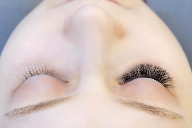 Wimpernverlängerungen. nahaufnahme der augen mit verlängerten wimpern und ohne verlängerte wimpern