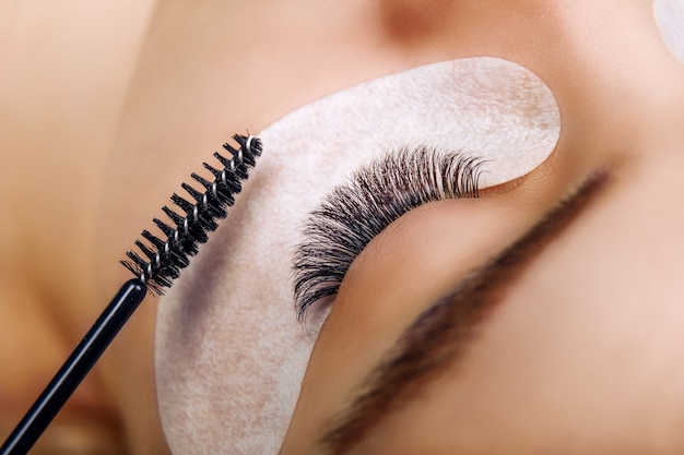 Wimpernverlängerungsverfahren frau auge mit langen blauen wimpern