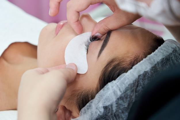 Wimpernverlängerungsverfahren frau auge mit langen wimpern