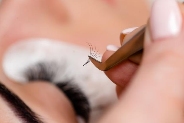 Wimpernverlängerungsverfahren. frauenauge mit langen wimpern. wimpern, nahaufnahme, makro, selektiver fokus.