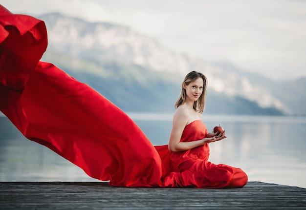 Schwangeren Apfel Wind Brennt Mit Einer Frau DurchDie Rotes Kleid qUVpGzMS