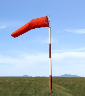 Wind socke der ausrüstung überprüfen sie die windrichtung in der tageszeit.