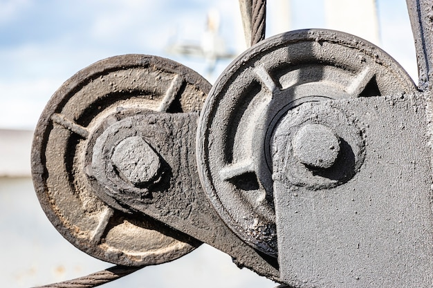 Winde aus metall. drahtseilschlinge oder seilschlinge auf krantrommeltrommel oder windenrolle des krans die hebemaschine in der schwerindustrie gegen den himmel.