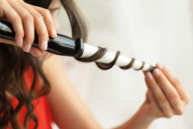 Windenhaarkunde des herrenfriseurs im frisörsalon