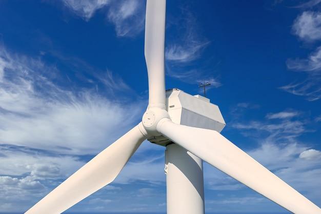 Windgenerator zur erzeugung von erneuerbarem strom über dem himmel mit schönen wolken nahaufnahme