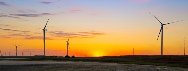 Windgeneratoren des ökologischen kraftwerks bei sonnenuntergang