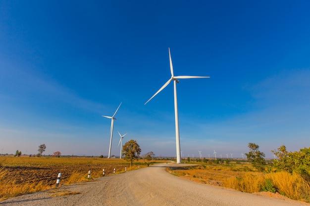 Windkraftanlage am blauen himmel