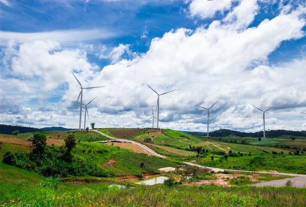 Windkraftanlage am oberen berg mit blauem himmel
