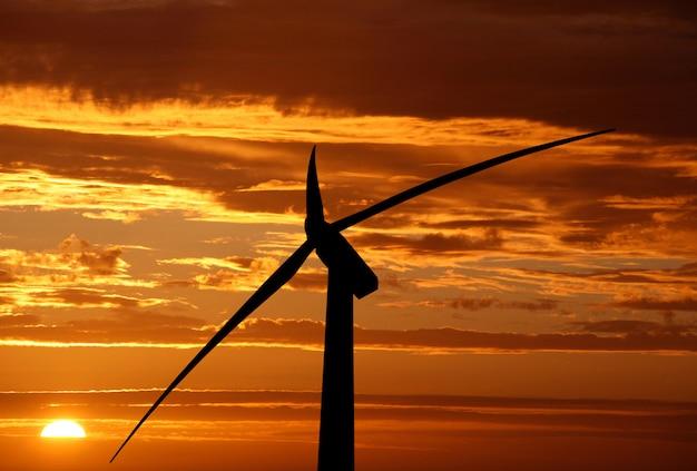 Windkraftanlage auf den sonnenuntergang