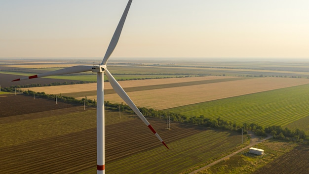 Windkraftanlage auf einer grünen wiese