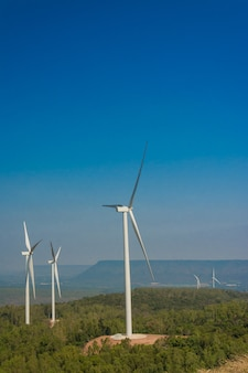 Windkraftanlage, die strom mit blauem himmel erzeugt