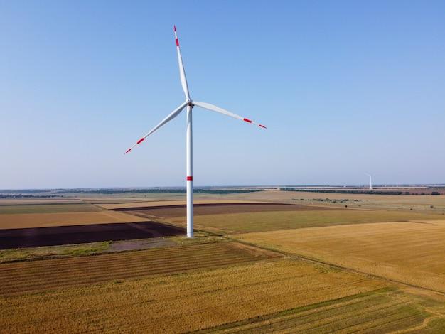 Windkraftanlage ein windgenerator, der in einem feld steht