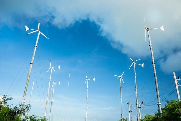 Windkraftanlage für alternative energie auf blauem himmel für hintergrund.