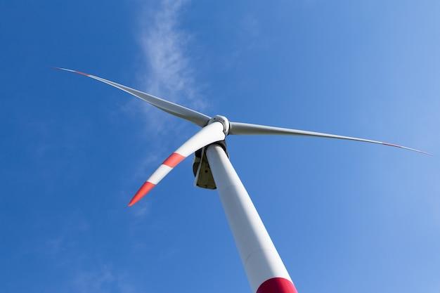 Windkraftanlage gegen blauen himmel, alternatives energiequellenkonzept