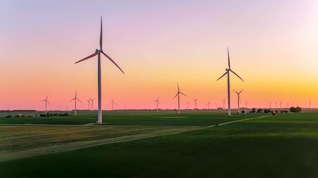 Windkraftanlage gegen dämmerung