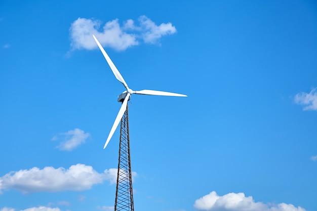 Windkraftanlage gegen einen blauen himmel mit weißen wolken