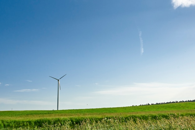 Windkraftanlage im feld im sommer