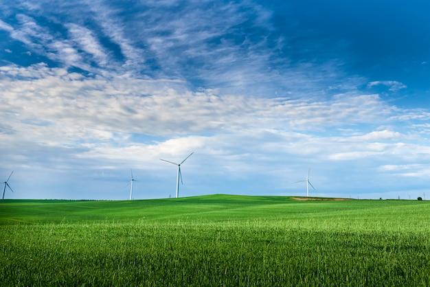Windkraftanlage im feld.