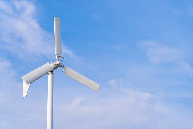 Windkraftanlage mit blauem himmel