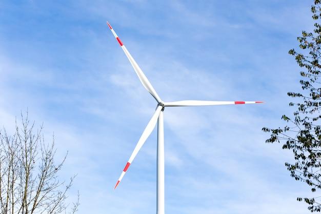 Windkraftanlage mit einem blauen himmel im hintergrund