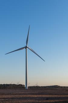 Windkraftanlage zur stromerzeugung. energiesparkonzept