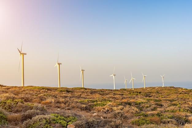 Windkraftanlagen auf schöner sonniger berglandschaft
