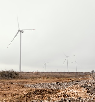 Windkraftanlagen im feld erzeugen elektrische energie