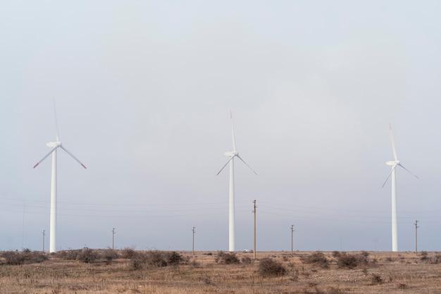 Windkraftanlagen im feld erzeugen energie