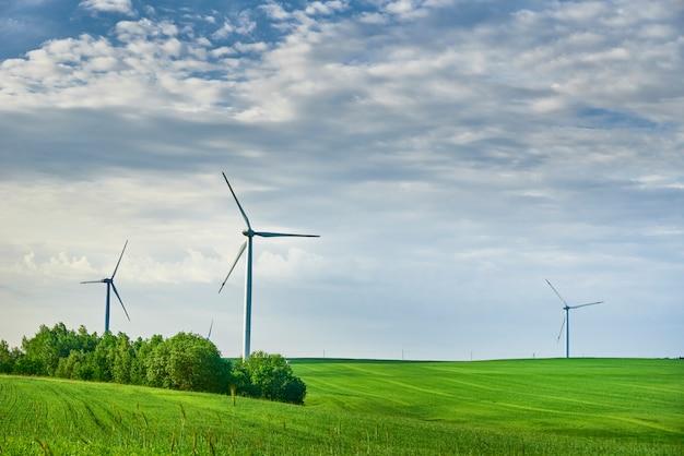 Windkraftanlagen im feld im sommer