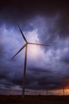 Windkraftanlagen mit dunklem himmel am abend