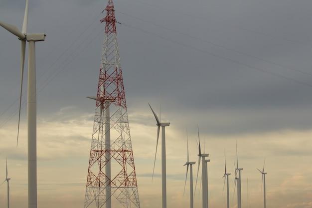 Windkraftanlagen mit stromleitungen an einem bewölkten tag