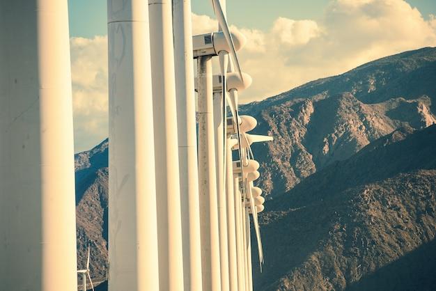 Windkraftanlagen und berge