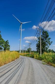 Windkraftanlagen zur stromerzeugung mit wolke und blauem himmel