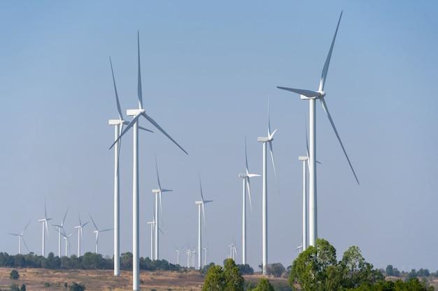 Windkraftanlagen zur stromerzeugung mit wolken und blauem himmel