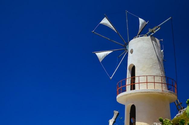 Windmühle auf dem berg gebaut