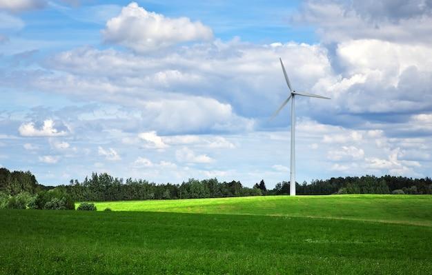 Windmühle in der nähe des grünen feldes. umweltwind