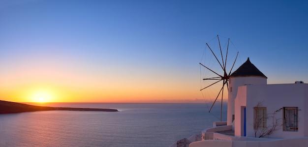 Windmühle in oia-dorf auf santorini