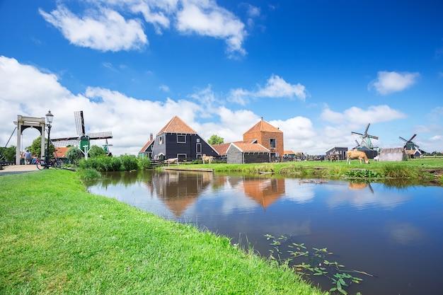 Windmühle und blick auf den berühmten ort zaanse schans farm und industrie