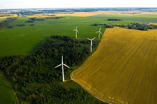 Windmühlen auf dem hintergrund von wäldern und feldern. windmühle in der natur.belarus
