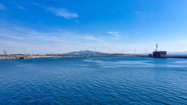 Windmühlen auf dem meer, panoramablick-banner. konzept von technologie und grüner energie