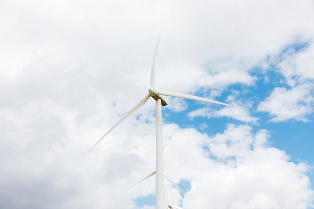 Windmühlen gegen bewölkten himmel