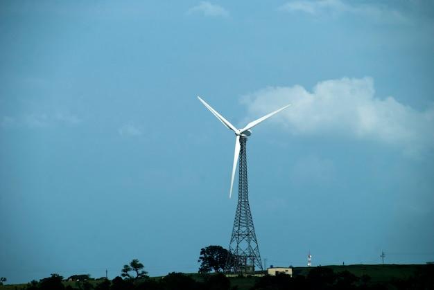 Windmühlen mit schöner landschaft, wolkenlandschaft.