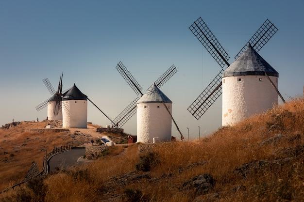 Windmühlen und schloss von consuegra, die berühmten giganten aus dem roman