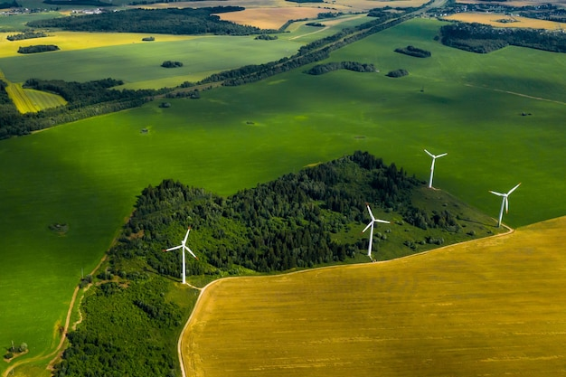 Windmühlen vor dem hintergrund von wäldern und feldern