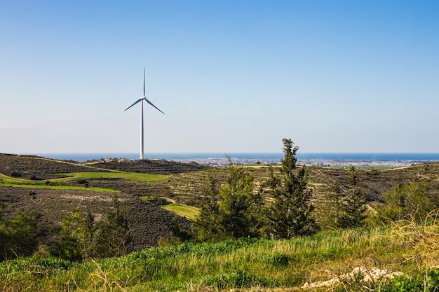 Windmühlen während des hellen sommertages. energiesparkonzept