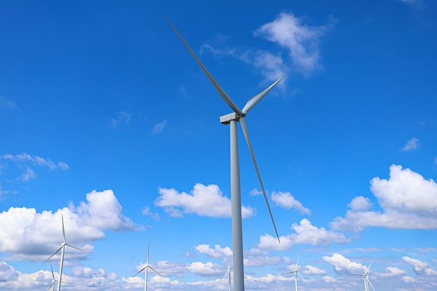 Windmühlenfarm mit dem himmelhintergrund und den wolken