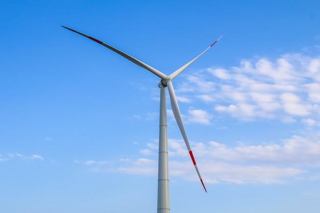 Windmühlenpark, riesige windmühlengeneratorturbinen. alternative energie.