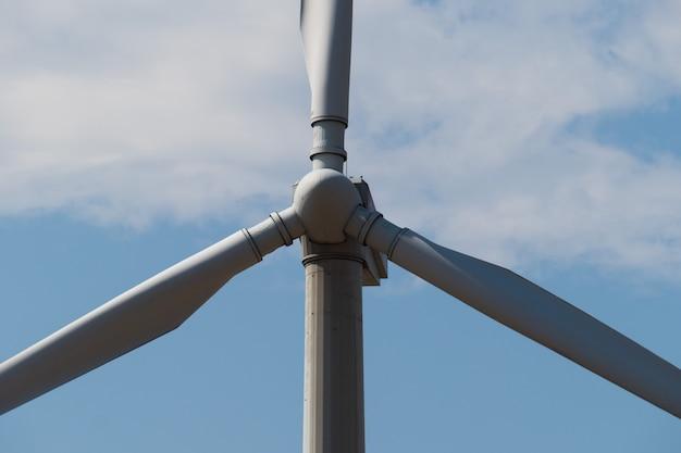 Windmühlenstromgenerator gegen blauen himmel. nahansicht